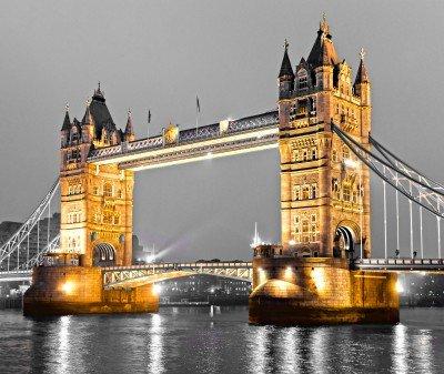 Oświetlony Tower Bridge na tle szarości - AM432