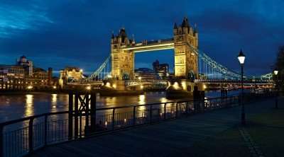 Tower Bridge w świetle nocnych lamp - AM210