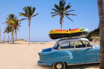 Zabytkowy samochód na kubańskiej plaży - TM021
