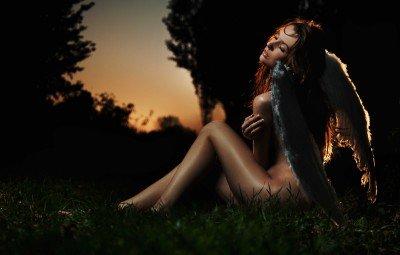 Zagubiony anioł na trawie - L056